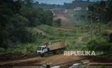 Pekerja tengah menyelesaikan proyek pembangunan Jalan Tol Bocimi. ilustrasi