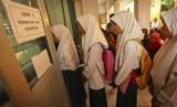 Pelajar mengantre untuk melakukan tes kesehatan masuk SMK. Ilustrasi