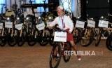 Pelajar menunjukkan sepeda usai berhasil menjawab pertanyaan Presiden Jokowi / Ilustrasi