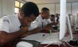 UNBK dinilai memberikan akurasi dalam menggambarkan pendidikan Indonesia. Foto: Pelajar SMP saat mengikuti Ujian Nasional Berbasis Komputer (UNBK) di ruang kelas SMP Negeri 5 Kota Sorong, Papua Barat, Selasa (23/4/2019).