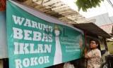Pelajar SMPN 104 Jakarta menurunkan iklan rokok di warung-warung di dekat sekolah, Jakarta Selatan. (ilustrasi)
