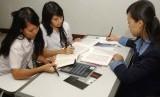 Pelajar yang sedang belajar kelompok dengan guru (ilustrasi).