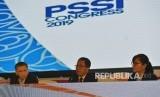 Pelaksana Tugas Ketua Umum PSSI Djoko Driyono (tengah) bersama Wakil Ketua Umum PSSI Iwan Budianto (kiri) dan Sekjen PSSI Ratu Tisha Destria (kanan) menyampaikan keterangan pers sesusai penutupan Kongres PSSI 2019 di Nusa Dua, Bali, Ahad (20/1/2019).