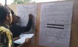 Pelaksanaan Pemungutan Suara Ulang (PSU) di TPS 24 Ciloang, Kota Serang, Ahad (21/4). PSU dilakukan karena adanya indikasi Petugas KPPS mencoblos sendiri 15 surat suara yang ada.