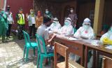 Pelaksanaan tes swab massal di Kampung Buninagara, Kelurahan Nagarasari, Kecamatan Cipedes, Kota Tasikmalaya, Selasa (2/6).