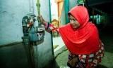 Pelanggan gas bumi rumah tangga PT Perusahaan Gas Negara Tbk (PGN) sedang mengecek pemakaian gas pada meteran gas bumi yang terpasang di rumahnya.