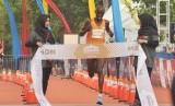 Pelari Kenya,Geoffrey Birgen saat menyentuh garis finish yang pertama pada kategori Full Marathon Open Male, Borobudur Marathon 2018 Powered by Bank Jateng, di Taman Lumbini, Kompleks Candi Borobudur, Kabupaten Magelang, Jawa Tengah, Ahad (18/11). Ia mencatatkan waktu tercepat  2 jam 20 menit 10 detik.