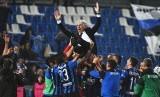 Pelatih Atalanta, Gian Piero Gasperini (atas), melakukan selebrasi bersama pemainnya usai memenangkan laga Serie A Italia lawan Sassuolo Calcio di Reggio Emilia pada 26 Mei 2019. Kemenangan ini memastikan Atalanta meraih tiket Liga Champions.