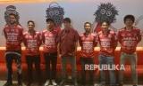 Pelatih Bali United yang baru Stefano Cugurra (tengah) berfoto bersama enam pemain baru seusai konferensi pers di Stadion I Wayan Dipta, Gianyar, Bali, Senin (14/1//2019).