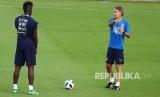 Pelatih Italia Roberto Mancini berbicara kepada Mario Balotelli saat memimpin sesi pelatihan menjelang pertandingan persahabatan Jumat melawan Prancis, di pusat olahraga Coverciano, dekat Florence, Italia, Rabu (30/5).