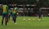 Pelatih Luis Milla memberikan instruksi kepada pemain timnas U-22.