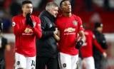 Pelatih Manchester United, Ole Gunnar Solskjaer berbincang dengan Anthony Martial sesusai laga United vs Chelsea.