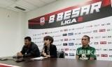 Pelatih Persebaya Angel Alfredo Vera (kiri) dan pemain Persebaya Irfan Jaya (kiri)