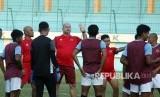 Pelatih PSM Makassar Bojan Hodak (tengah) memberikan arahan kepada pemain pada sesi latihan di lapangan Stadion Mini Cibinong, Bogor, Jawa Barat, pekan lalu.