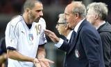 Pelatih tim nasional Italia Giampiero Ventura berbicara dengan pemain bertahannya Leonardo Bonucci pada akhir laga melawan Makedonia di Stadion Olimpiade Torino, Turin, Sabtu (7/10) dini hari WIB. Pada laga kualifikasi Piala Dunia 2018 Zona Eropa Grup G itu, Italia bermain imbang  1-1 melawan Makedonia.