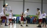 Pelatih timnas basket Indonesia Fictor Roring (memegang bola) sedang memberikan instruksi kepada pemain dalam latihan perdana menjelang test event Asian Games 2018 di Gedung Basket Senayan, Jakarta, Rabu (7/2).