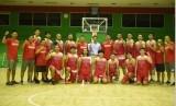 Pelatih timnas basket putra Wahyu Widayat Jati (ketujuh kanan) bersama pemain, staf pelatih, dan manajer.