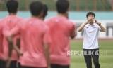 Pelatih Timnas Indonesia Shin Tae-yong memberikan instruksi saat seleksi pemain Timnas Indonesia U-19 di Stadion Wibawa Mukti, Cikarang, Bekasi, Jawa Barat, Senin (13/1/2020).