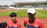 Pelatih timnas Indonesia, Shin-Tae Yong (topi putih) saat latihan di Stadion Madya Gelora Bung Karno, Jakarta, Sabtu (15/2).