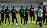 Pelatih Timnas Indonesia U-22 Indra Sjafri (kedua kanan) memberikan intruksi kepada pemain saat sesi latihan di Lapangan Madya, Komplek SUGBK, Senayan, Jakarta, Selasa (8/1/2019).