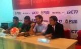 Pelatih timnas Indonesia U-22 Luis Milla Aspas (kedua kanan).