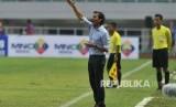 Pelatih timnas Indonesia U-22 Luiz Milla memberikan instruksi kepada pemain dalam laga persahabatan melawan Myanmar di Stadion Pakansari, Cibinong, Bogor, Selasa (21/3).