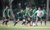 Pelatih Timnas U-16 Bima Sakti (kedua kanan) memimpin sesi latihan.