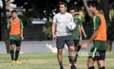 Pelatih Timnas U-16 Bima Sakti (tengah) memberikan instruksi kepada pemain saat latihan.