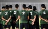 Pelatih Timnas U-23 Indra Sjafri (tengah) memimpin pemusatan latihan (TC) di Stadion Madya, Gelora Bung Karno (GBK), Senayan, Jakarta, Ahad (21/7/2019).