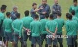 Pelatih Timnas U-23 Luis Milla (tengah) memberikan instruksi saat latihan di Lapangan ABC, Kompleks Gelora Bung Karno, Senayan, Jakarta, Kamis (22/2).