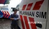 Pelayanan SIM keliling di kawasan Kalibata, Jakarta Selatan, Selasa (24/5). (Republika/Yasin Habibi)