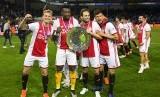 Pemain Ajax Amsterdam Frenkie de Jong, Andre Onana, Dailey Blind, dan Klaas Jan Huntelaar merayakan kemenangan timnya setelah menekuk De Graafschap Doetinchem di Doetinchem, Belanda, Kamis.