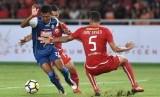 Pemain Arema FC Dedik Setiawan (kiri) mencoba melewati pemain Persija Jakarta Jaimerson Da Silva Xavier (kanan) dalam pertandingan Gojek Liga 1 2018 di Stadion Utama Gelora Bung Karno, Jakarta, Sabtu (31/3). Persija Jakarta berhasil mengalahkan Arema FC dengan skor 3-1.