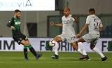 Pemain AS Roma Steven Nzonzi berebut bola dengan pemain Sassuolo Domenico Berardi dalam pertandingan lanjutan Serie A Italia, Ahad (7/8) dini hari di Stadion MAPEI, Reggio Emilia.