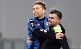 Pemain Atalanta, Papu Gomez dan Andrea Petagna, merayakan kemenangan atas Olympique Lyon pada pertandingan terakhir Grup E Liga Europa di Stadion Mapei, Reggio Emilia, Italia, Jumat (8/12) dini hari WIB.