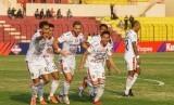 Pemain Bali United Ricky Fajrin (keempat kiri) melakukan selebrasi seusai menjebol gawang Kalteng Putra saat laga Liga 1 2019 di Stadion Sultan Agung, Bantul, DI Yogyakarta, Rabu (26/6).
