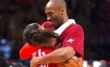 Pemain basket LA Lakers, Kobe Bryant, memeluk putrinya Gianna, dalam sebuah dokumen foto tahun 2016. Kecelakaan helikopter Senin pagi (27/1) waktu Indonesia menewaskan Kobe dan putrinya.
