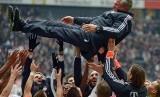 Pemain Bayern Muenchen melempar Jupp Heynckes ke udara setelah pertandingan Bundesliga antara Eintracht Frankfurt dan Bayern Muenchen di Commerzbank Arena, Frankfurt, Jerman, 6 April 2013. Heynckes pada Jumat (610) mengonfirmasi dia akan menjadi pelatih baru Muenchen hingga akhir musim.
