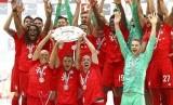 Pemain Bayern Muenchen merayakan gelar Bundesliga setelah mengalahkan Eintracht Frankfurt 5-1 pada laga pamungkas di Allianz Arena, Sabtu (18/5).