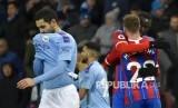 Pemain Crystal Palace merayakan gol usai laga antara Manchester City melawan Crystal Palace di Etihad Stadium, Manchester, Ahad (18/1).