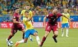 Pemain David Neres (tengah) berduel bola dengan pemain Venezuela Mikel Villanueva (kanan) dalam pertandingan Grup A Copa America 2019 di Stadion Arena Fonte Nova, Salvador, Brasil, Rabu (19/6) pagi WIB.