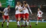 Pemain Denmark merayakan gol dengan rekan satu timnya.