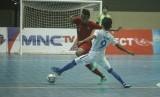 Pemain futsal Indonesia Randy Satria Mushar (kiri) berebut bola dengan pemain futsal Malaysia Mohd Azwann (kanan) saat laga AFF Futsal Championship 2018 di Gor UNY, DI Yogyakarta, Selasa (6/11/2018). Dalam laga tersebut Indonesia kalah atas Malaysia dengan skor 5-7.