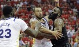 Pemain Houston Rockets James Harden dihadang pemain Golden State Warriors Stephen Curry di gim kedua final wilayah barat NBA