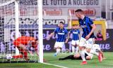 Pemain Inter Milan Ivan Persic mencetak gol pertama timnya dalam pertandingan sepak bola Serie A Italia antara Spezia dan Inter Milan di stadion Alberto Picco di La Spezia, Rabu, 21 April 2021.