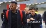 Pemain Jerman Mesut Ozil, dan Jerome Boateng berjalan ke pesawat untuk keberangkatan tim sepak bola nasional Jerman ke Rusia di Frankfurt, Jerman, SelasaJerman (12/6).
