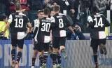 Para pemain Juventus merayakan gol.