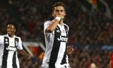 Pemain Juventus Paulo Dybala berpose usai mencetak gol ke gawang Manchester United, Rabu (24/10).