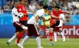 Pemain Korea Selatan Son Heung-min mencetak gol pembuka timnya pada pertandingan grup F Piala Dunia 2018  antara Meksiko dan Korea Selatan di Stadion Fisht di Sochi, Rusia, Sabtu (23/6).