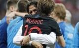 Pemain Kroasia Luka Modric memeluk pelatih Zlatko Dalic setelah timnya mempecundangi Inggris 2-1 di semifinal Piala Dunia 2018 di Stadion Luzhniki di Moskow, Rusia, Rabu (11/7) waktu setempat.